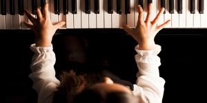 Girl on piano_800x400